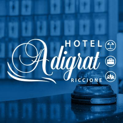 Camera da letto in hotel a Riccione: 2 letti con coperte bianche e i cuscini blue. Tende azzurre alle finestre.